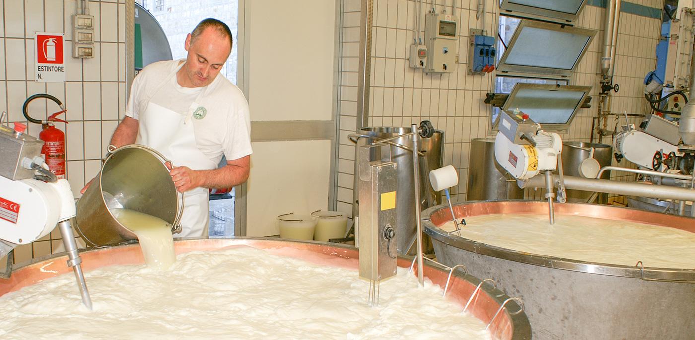 Aggiunta del siero al latte per la produzione di Parmigiano Reggiano prodotto di montagna