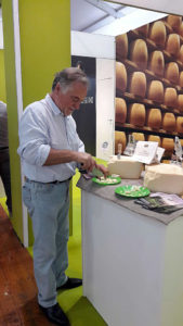 Preparazione degli assaggi di Parmigiano Reggiano prodotto di montagna - Vinitaly 2017
