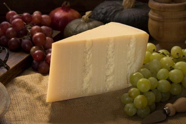Parmigiano Reggiano 24 mesi prodotto di montagna su tagliere