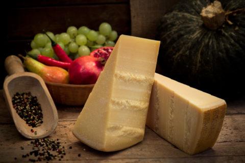 Porzioni diverse di Parmigiano Reggiano prodotto di montagna