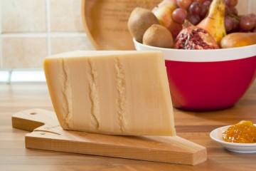 Parmigiano Reggiano 12 mesi prodotto di montagna su tagliere